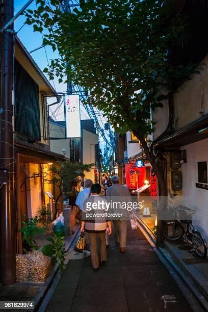Människor gå ner bakgator i Kiyamachi distriktet i Kyoto, Japan