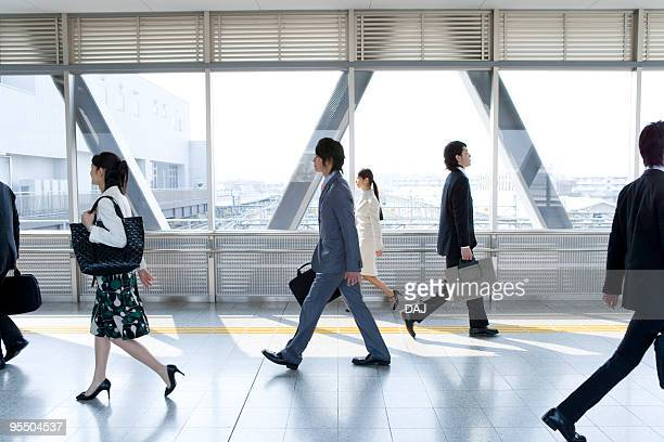 people walking down the passage in station - 横位置 ストックフォトと画像