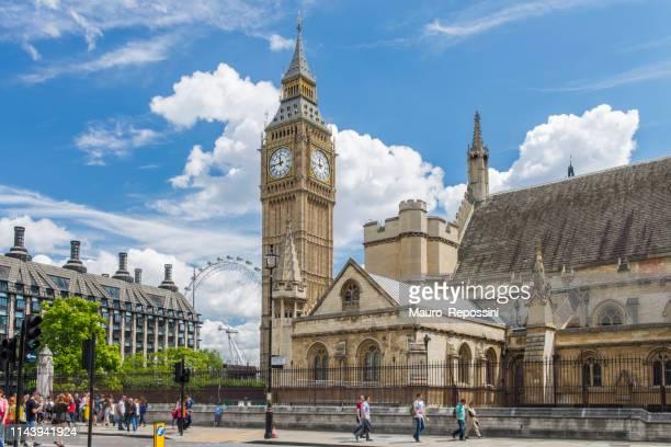 国会議事堂の隣の夏の日に歩いている人々とウェストミンスター、ロンドン、イングランド、英国のビッグベン。 - パーラメントスクエア ストックフォトと画像
