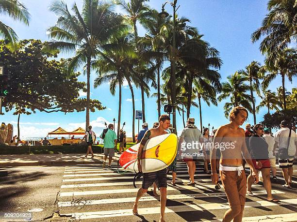 people walking in and out of waikiki beach, honolulu, usa - waikiki stock pictures, royalty-free photos & images