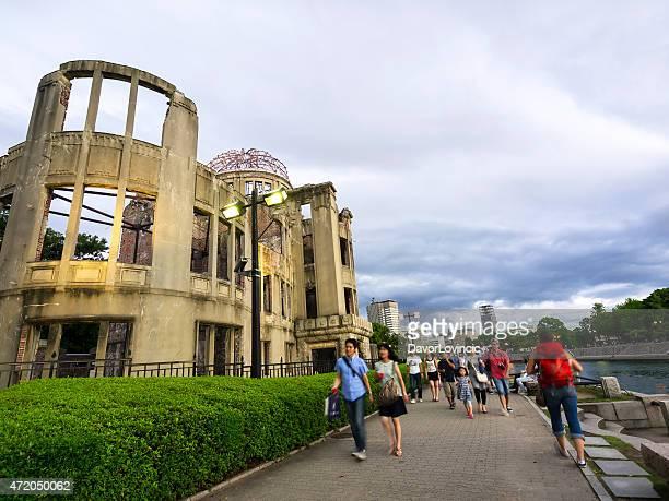 gente caminando en el memorial park, cúpula atómico de hiroshima - hiroshima fotografías e imágenes de stock