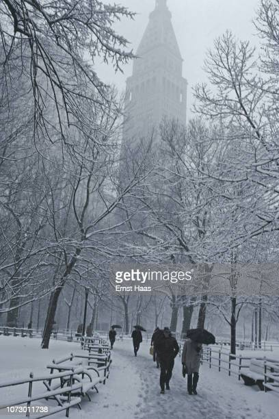 People walking in Madison Square Park on a snowy day Manhattan US March 1981 in the background the Metropolitan Life Insurance Company Tower