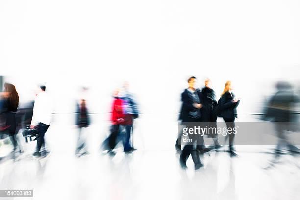 人々徒歩でモダンな白いインテリア、アクションショット