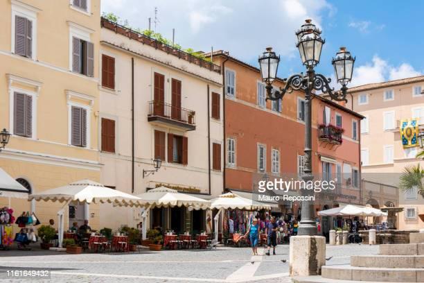 les gens marchant dans la piazza della libert, une place à la ville de castel gandolfo, un château romain (castelli romani) comune dans la région du latium, italie. - claire castel photos et images de collection