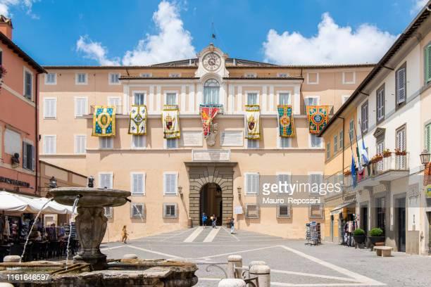 les gens marchant dans la piazza della libert, une place en face du palais apostolique à la ville de castel gandolfo, un château romain (castelli romani) comune dans la région du latium, italie. - claire castel photos et images de collection
