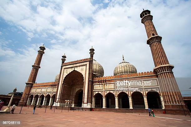 people walking in square of jama masjid mosque - agra jama masjid mosque stockfoto's en -beelden
