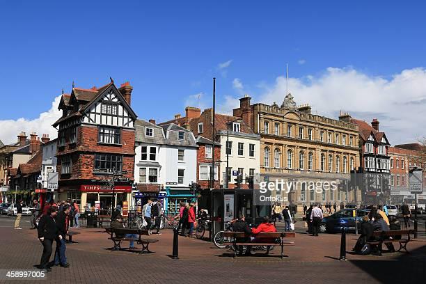 人々徒歩での中心街の通り、salisbury 英国 - サリスベリー ストックフォトと画像