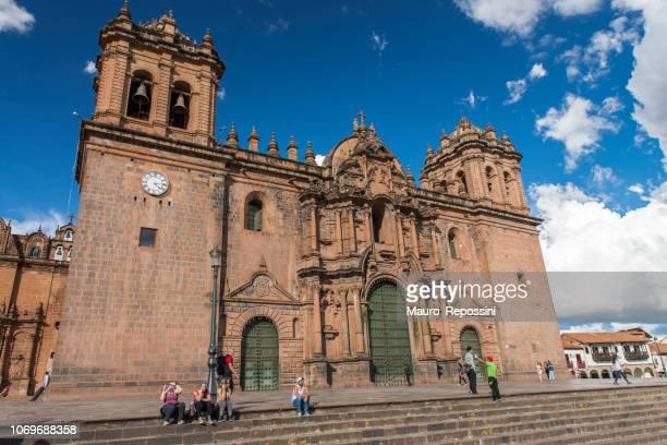 menschen zu fuß neben der kathedrale von cuzco (cusco), peru. - bezirk cuzco stock-fotos und bilder