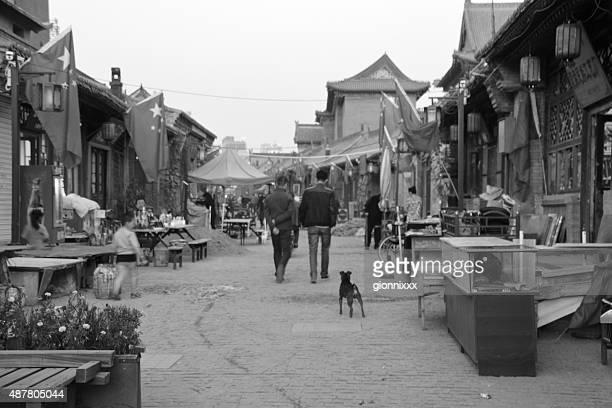 人々徒歩での古い通りには、フフホトは、内モンゴル自治区 - 内モンゴル自治区 ストックフォトと画像
