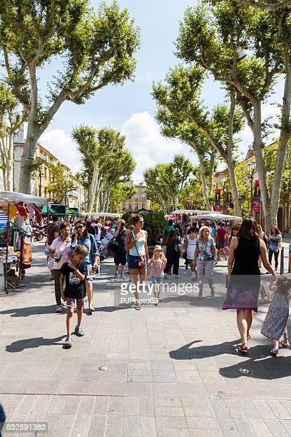 Gente caminando por Cours Mirabeau