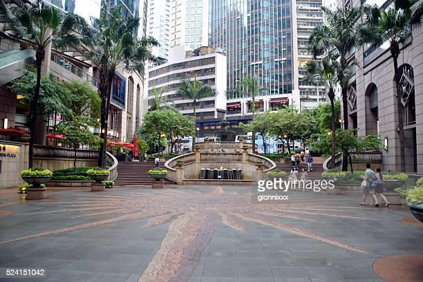 人々徒歩でのグランドミレニアムプラザ、sheung ワン,hong 香港 - 上環 ストックフォトと画像