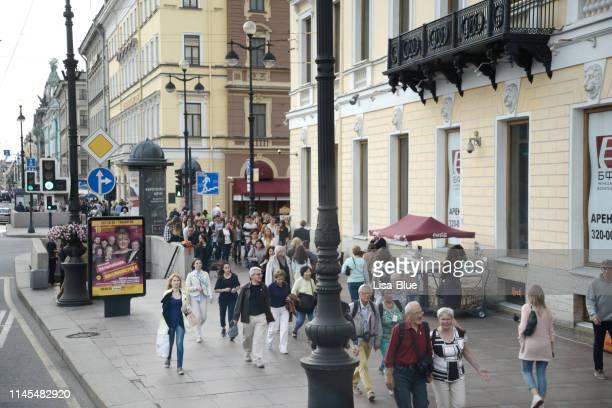 mensen lopen op nevsky prospekt, st. petersburg, rusland. - sint petersburg rusland stockfoto's en -beelden