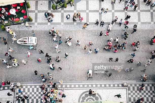 Pessoas a caminhar na Praça da Cidade Velha em Praga