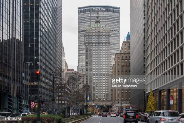 ヘルムズリーとメットライフ建物ミッドタウン マンハッタン、ニューヨーク市、米国の横にあるパーク ・ アベニューを歩いている人。 - パークアベニュー ストックフォトと画像