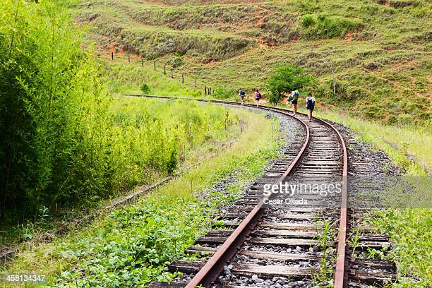Gente caminando por ferrocarril