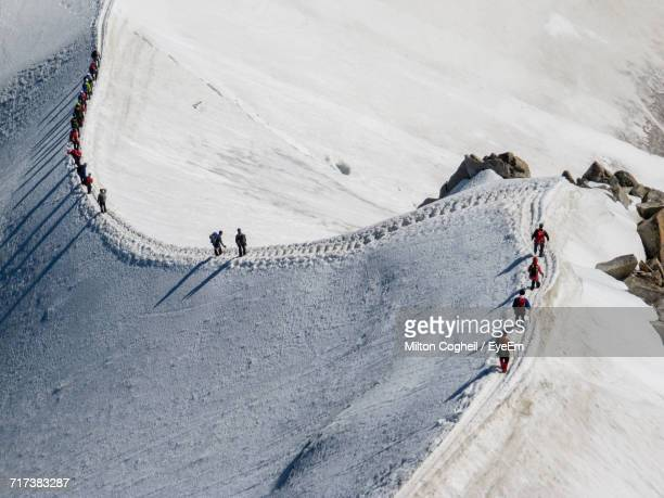 people walking on snowcapped mountain - cresta de montanha - fotografias e filmes do acervo