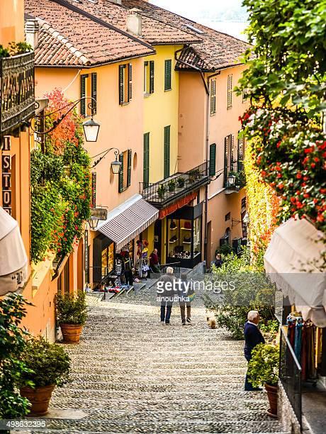 menschen gehen auf der treppe des bellagio street, italien - chum stock-fotos und bilder