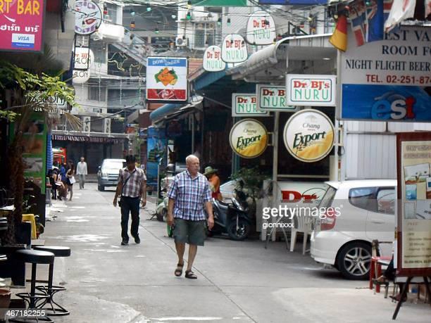 Menschen gehen auf Sukhumvit Soi 11/1 (Straße 7/1) Nana, Bangkok