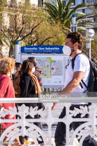 スペイン・サン・セバスティアンのラ・コンチャ・ビーチの遊歩道を歩く人々 - ギプスコア ストックフォトと画像