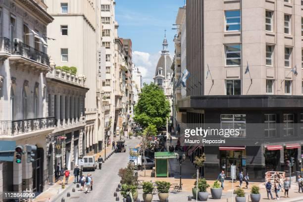 gente caminando por las calles en el centro de buenos aires, argentina. - buenos aires fotografías e imágenes de stock