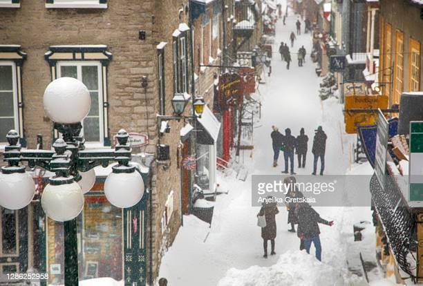 quebec city, quebec, canada - march 15, 2017: people walking the street rue du petit-champlain - distrito histórico fotografías e imágenes de stock