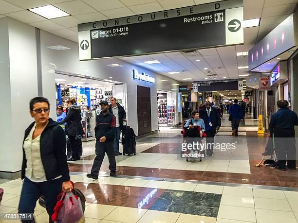people walking through atlanta airport, usa - hartsfield jackson atlanta international airport stock pictures, royalty-free photos & images