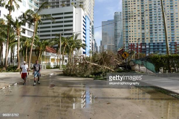 mensen wandelen door orkaan puin - orkaan irma 2017 stockfoto's en -beelden