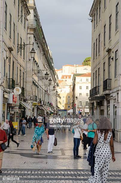 プラカ・デ・フィゲイラに向かって歩く人々 - フォゲイラ広場 ストックフォトと画像