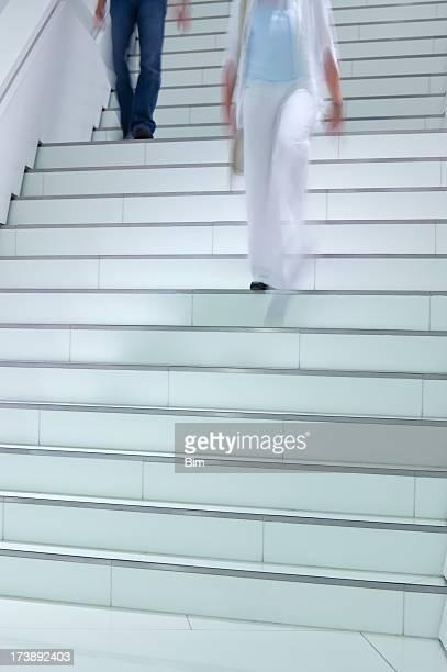 Personnes Walkinng des escaliers