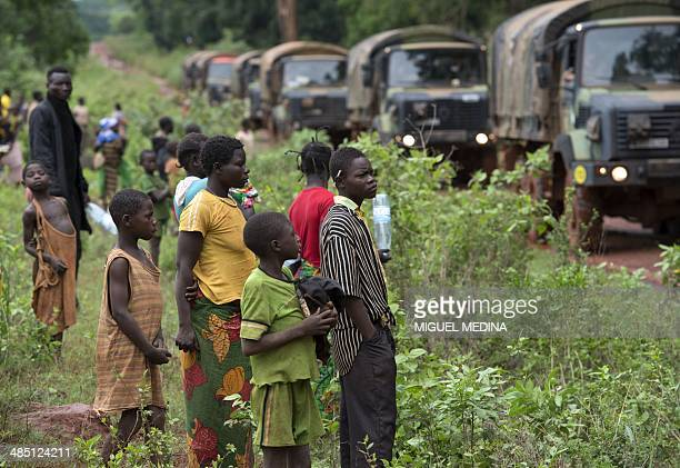 People watch a convoy of French troops of the Sangaris forces driving between Grimari and Bambari in the center of the Central African Republic on...