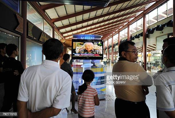 People watch television news at Tangerang airport 27 January 2008 reporting the death of former Indonesian president Suharto Indonesia's former...