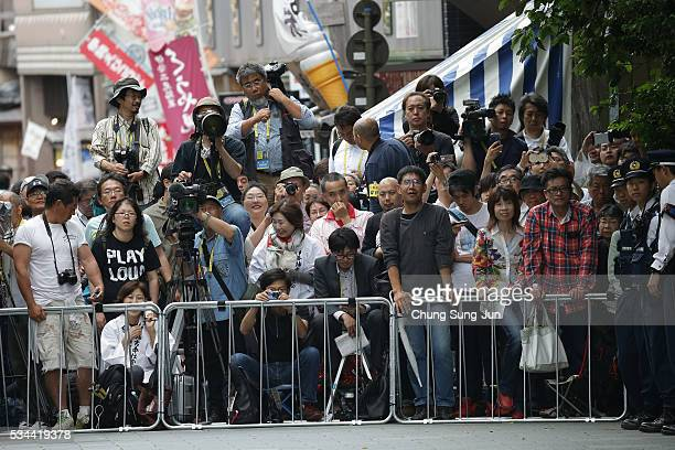People watch the arrival of the heads of government of the G7 states at the Ise Jingu Shrine on May 26 2016 in Ise Japan In the twoday summit the G7...