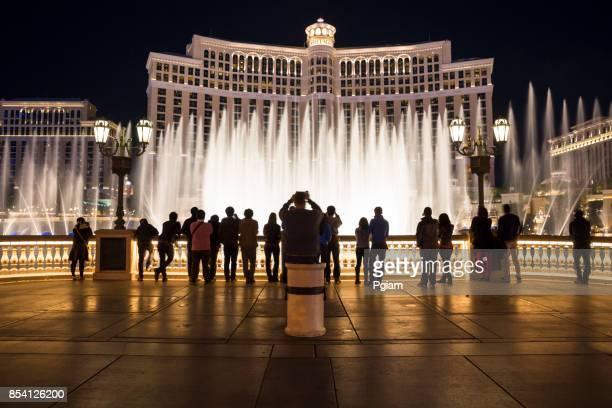Menschen zu sehen, den Brunnen im Bellagio Hotel in Las Vegas Nevada zeigen