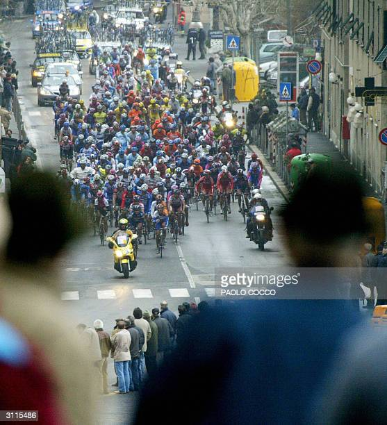 People watch the pack of cyclists competing at the 95th edition of MilanSan Remo cycling race in the village of Varazze 20 March 2004 Spain's Oscar...