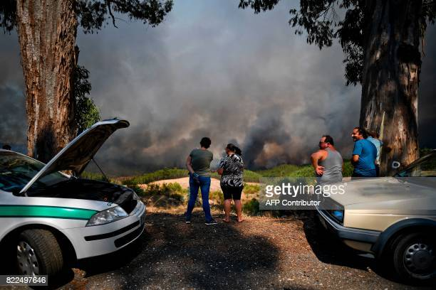 People watch the progression of a wildfire at Carvoeiro in Macao central Portugal on July 25 2017 / AFP PHOTO / PATRICIA DE MELO MOREIRA