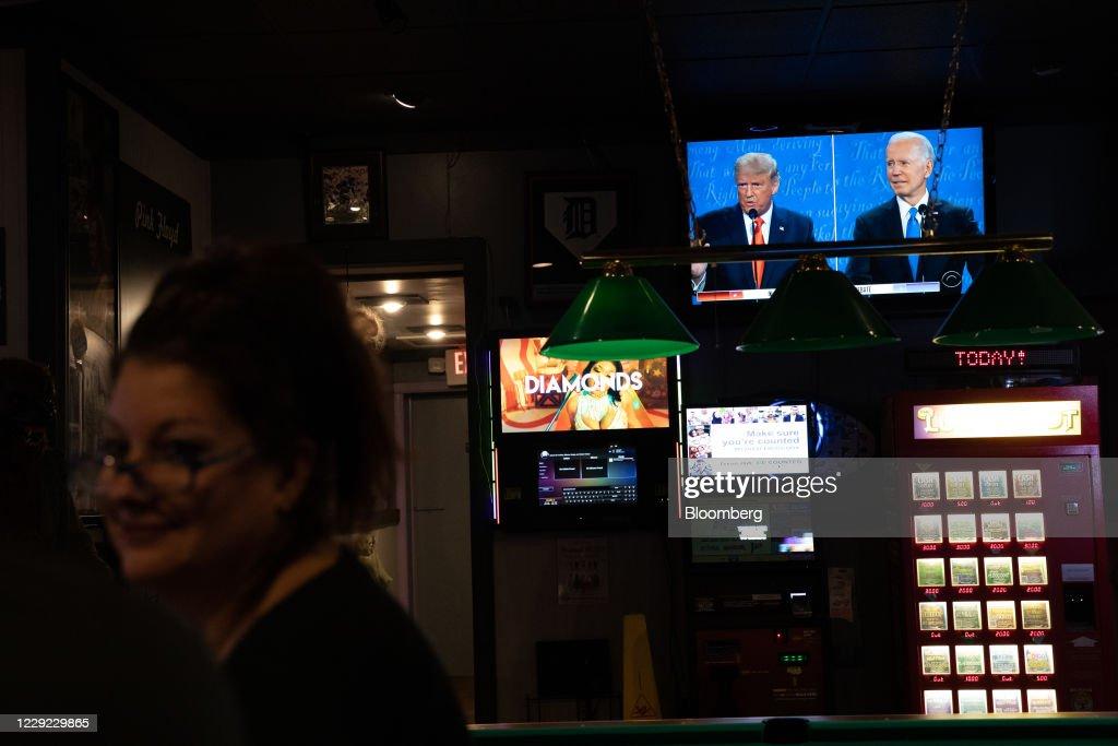 People Watch Trump And Biden During Final U.S. Presidential Debate : News Photo