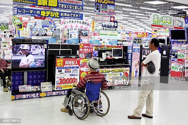 Gens de baseball à la télévision en magasin d'électronique