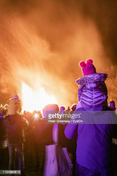 people watching bonfire at night - bicester village stock pictures, royalty-free photos & images