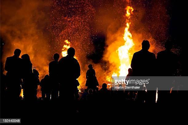 people watching flames - osterfeuer stock-fotos und bilder