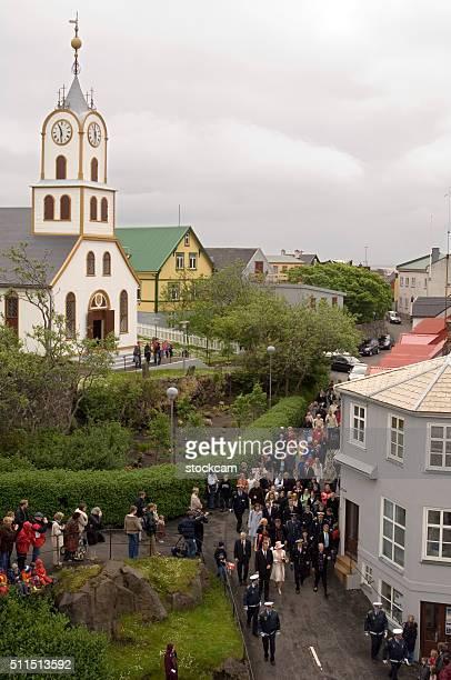 pessoas assistindo rainha margarethe ii, torshavn, ilhas faroé, dinamarca - torshavn - fotografias e filmes do acervo