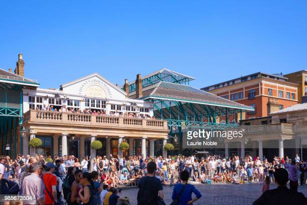 people watching street entertainer in covent garden, london, england - covent garden stock pictures, royalty-free photos & images