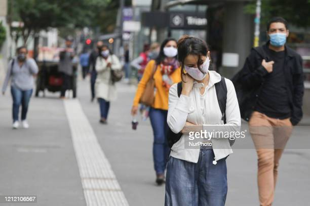 People wear a protective mask due to the pandemic of the new coronavirus , this Thursday morning, on Avenida Paulista, in the central region of the...