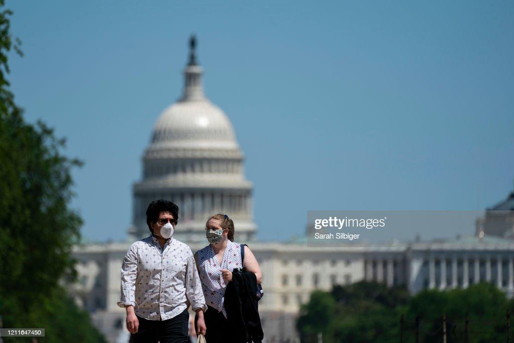 Washington, D.C. Resident Enjoy Warm Weather Weekend : News Photo