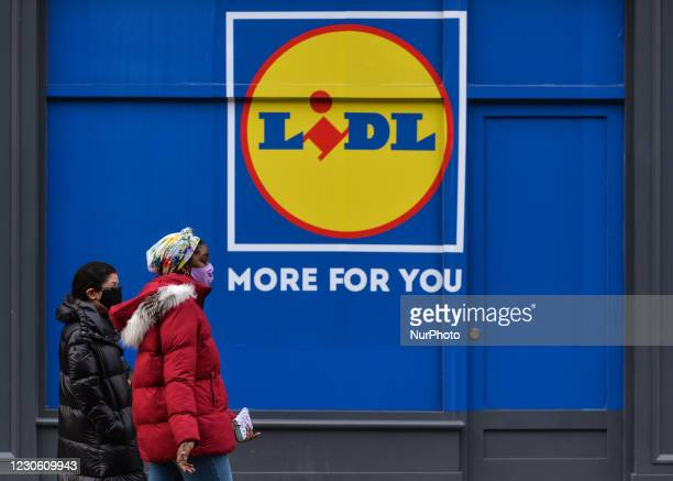 People wearing face mask walk by Lidl store in Dublin city center during Level 5 Covid-19 lockdown. On Friday, 15 January in Dublin, Ireland.