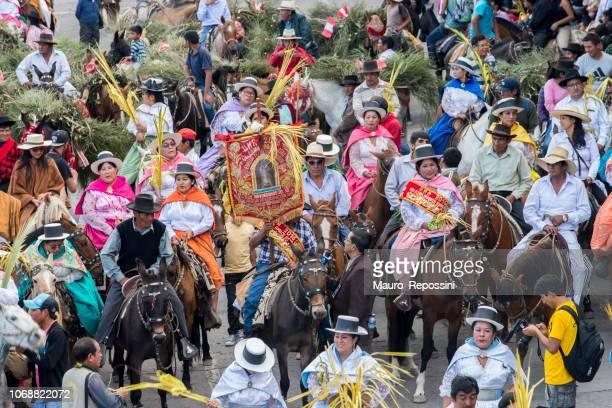 gente vestida con vestidos multicolores y sombreros del montar a caballo a caballo durante la celebración del domingo de ramos de semana santa - cabalgata fotografías e imágenes de stock