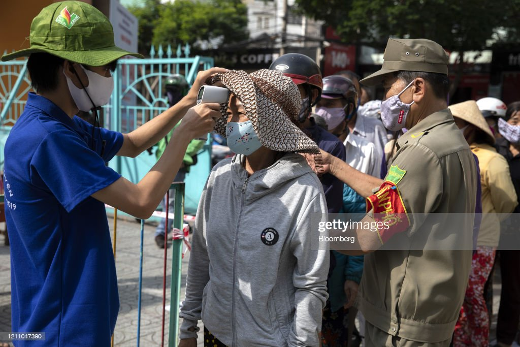"""""""Rice ATMs"""" Dispense Free Food to Out-of-Work Vietnamese : News Photo"""