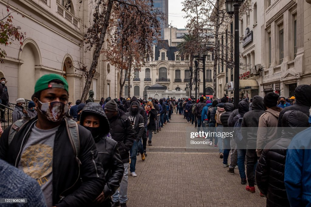 Chileans Swamp Pension Offices As Strict Coronavirus Lockdown Continues : News Photo