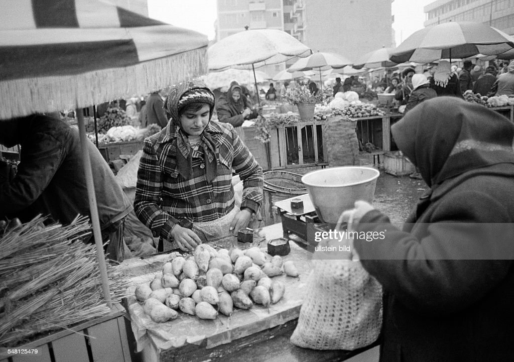 people, weekly market, market stall with fruit and vegetables, market woman, aged 25 to 30 years, Rumania, Romania, Bucharest - 30.11.1980 : Foto di attualità