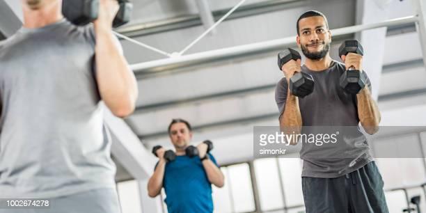 pessoas de musculação no ginásio - decote redondo decote - fotografias e filmes do acervo