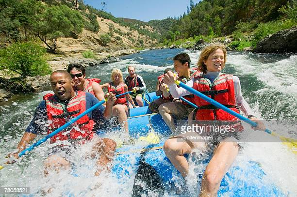 people whitewater rafting - rafting - fotografias e filmes do acervo